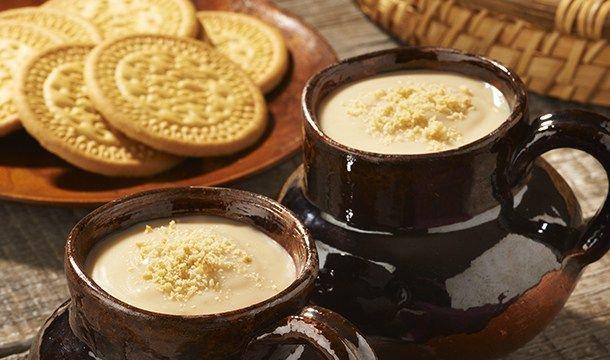 Ingredientes. 1 taza de agua (250ml) 1 raja de canela ¾ de taza de azúcar 6 tazas de leche (1 ½ litros) 1 ½ paquetes de galletas tipo Marías, troceadas 2 c