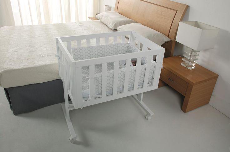 Le berceau est utile lors des 6 premiers mois. L'assemblage du cododo avec le lit des parents est très simple. Vous pouvez également balader votre bébé afin qu'il s'endorme paisiblement.