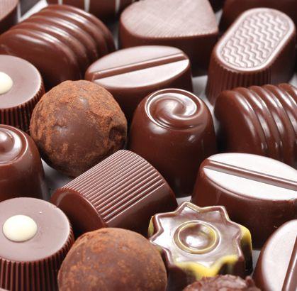 Bombones de Chocolate Rellenos con diferentes cremas a base de licores, nueces, mazapán y caramelo