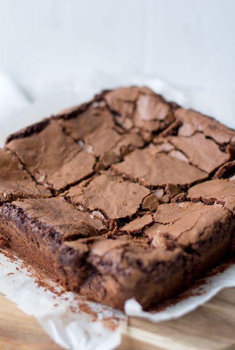 Oh my! Wat doe ik jullie aan? Chocolade brownies delen op de blog en dan beloven dat ik dit recept binnenkort opnieuw deel, maar dan nog lekkerder. Deze brownies zijn super chocolade-rig en hebben dat fragiele knapperige korstje dat een brownie hoort te hebben,althans dat vind ik. Deze brownies zijn dan ook de ultieme balans...Lees Meer »