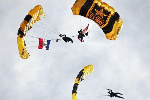Los Caballeros de Oro de la armada norteamericana hacen su presentación en un juego de béisbol entre los Cardenales de San Luis y los Rockies de Colorado. (AP)