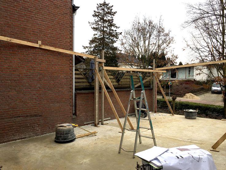 Uitvoering,  Op dit moment worden de buitenmuren van de zitkamer en het dakterras uitgezet.