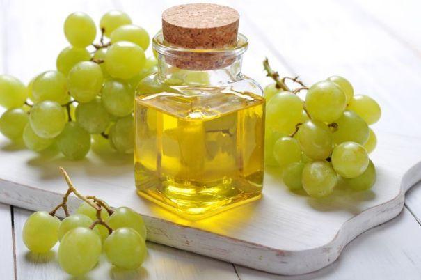 A szőlőmag olajat a szőlő magjából vonják ki. A jó minőségű szőlőmag olajnak mélyzöld színe, és karakteres dióra emlékeztető íze van. A többszörösen telítetlen olaj antioxidánsokban gazdag, és olyan jótékony hatású összetevői vannak, mint a