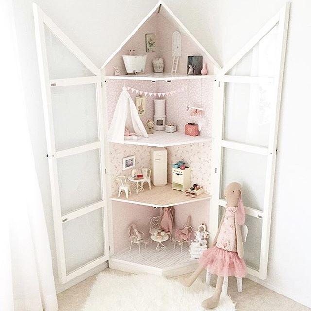 ✕ @100kvadratmeter ~ En stor favorit hos mig här inne! Helt galet kreativ och sjukt mycket härliga tips på allt möjligt hittar ni där inne! Bara älskar detta dockhuset i barnrummet •