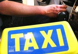 21-Apr-2013 11:23 - TAXICHAUFFEUR RIJDT HUIS BINNEN. Een taxichauffeur is vanmorgen met zijn auto een woning binnengereden aan De Ambachten in het Brabantse Heeze. Hij was achter het stuur in slaap gevallen. Dat meldt Omroep Brabant. Er zijn geen gewonden gevallen. Burgemeester van het dorp Paul Verhoeven twitterde dat hij even een bezoekje had gebracht aan het getroffen gezin....