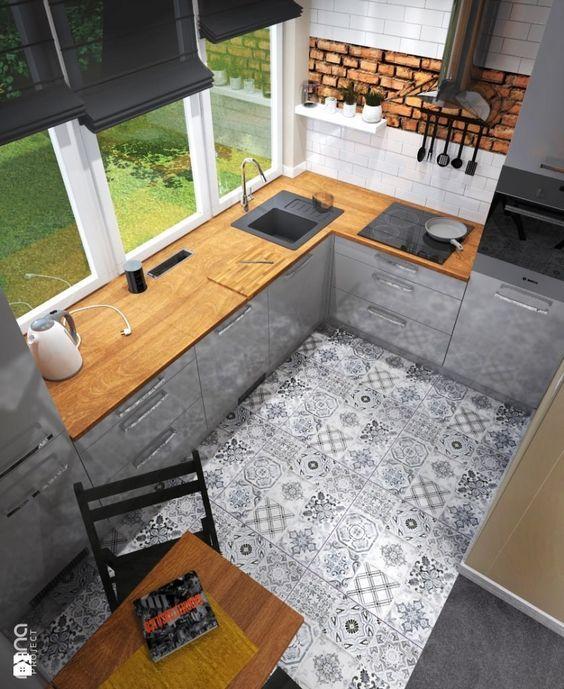 Cozinhas com móveis de madeira são frequentes em casas de campo, mas com a moda do estilo Country Chic, agora eles invadem os apês da cidad...