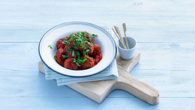 Op zoek naar een lekker recept voor een hapje? Wat denk je van Spaanse gehaktballetjes in pittige tomatensaus? Een heerlijke tapas!
