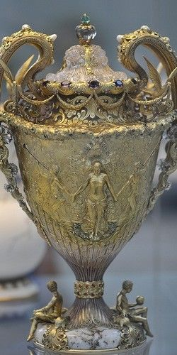Sumptuous Tiffany vase. Metropolitan Museum of Art, New York**.