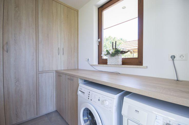 Bijkeuken kast voorzien van een werkblad waaronder de wasmachine en droger geplaatst zijn. Ook is regelaar van de vloerverwarming weggewerkt in de kast d.m.v. een blind paneel.