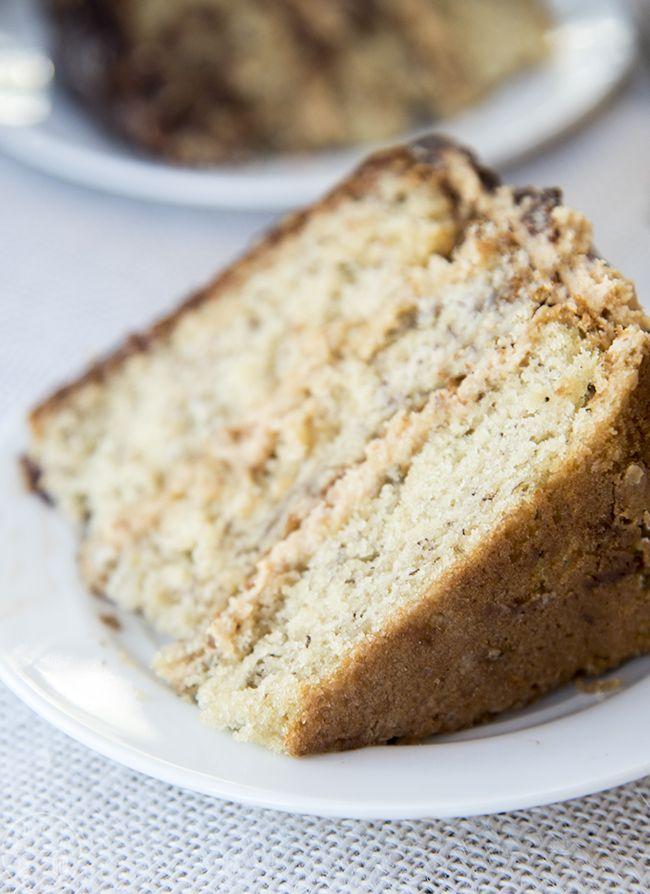 Банановый торт с арахисовым маслом Глазурью и шоколад Ganache - Это совершенно влажный и вкусный торт банан увенчана с удивительным сливочным ореховым маслом глазурью и богатый шоколадный ганаш.  Этот торт обязательно будет хитом!