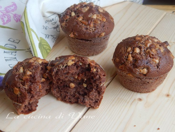 Muffin al doppio cioccolato golosissimi e soffici soffici, fatti con cioccolato fondente e gocce di cioccolato bianco. Ottimi per la colazione o la merenda