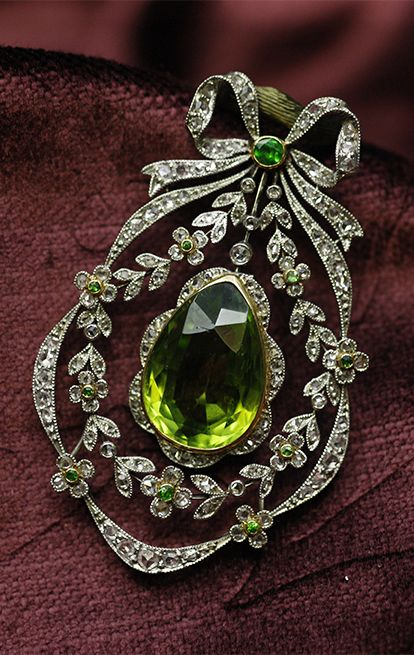 Belle Époque peridot, de cloak Ido garnet and diamond brooch / pendant, France, 1910-1920, peridot, de cloak Ido garnets, diamond, platinum, white gold, 5 × 2.9cm, 15.7g