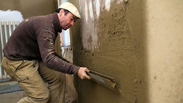 Lehmputz schafft eine natürliche Atmosphäre. Alternativ eignet sich auch Lehmstreichputz oder Lehmfarbe. Was beim Auftragen von Lehmputz zu beachten ist.