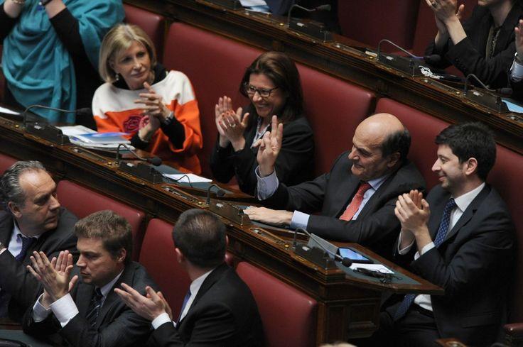 Il segretario dimissionario del Pd, Pier Luigi Bersani, fa il segno di vittoria con le dita della mano, guardando Enrico Letta che lo ringrazia durante il discorso per la fiducia. Vicino a lui applaudono il capogruppo alla Camera Roberto Speranza e le deputate del Pd Paola De Micheli e Barbara Pollastrini