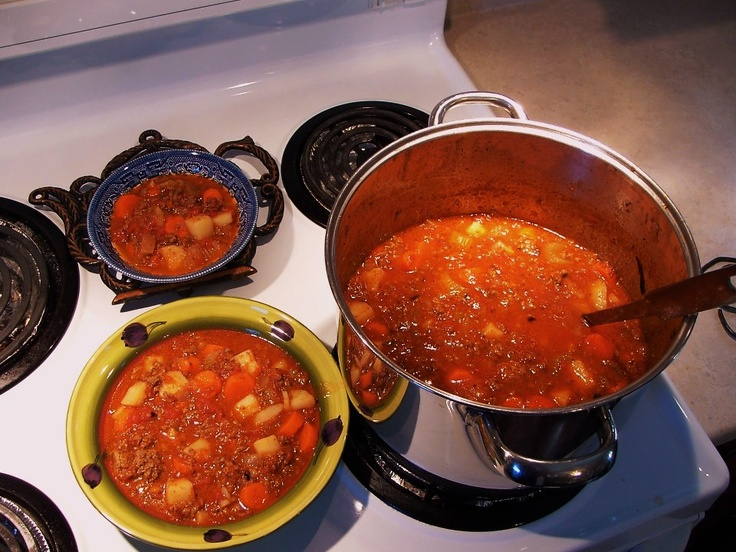 2 l. boeuf haché maigre 2 gros oignons hachés 2 can tomates en dés aux herbes italiennes 1 can tomates en dés étuvées 8 carottes tranchées épaisses 4 br de céleri tranches épaisses 3 grosses patates en gros dés. 2 t d'eau 1 c à soupe de basilic (frais )haché  Ds un gros chaudron griller la viande hachée,  Ajouter oignons, cuire légèrement. Ajouter tomates, carottes, céleri, patates, eau,sel et poivre. Porter à ébullition. Baisser feu (med-low) et cuire jusqu'à tendreté des légumes.(À…