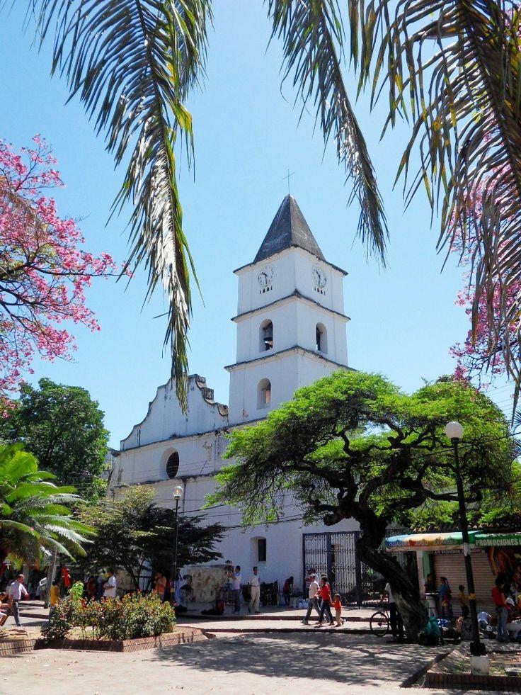 Antigua Catedral. Viaja con #Easyfly a #Neiva #DestinoFavorito de #Colombia más en www.easyfly.com.co/Vuelos/Tiquetes/vuelos-desde-neiva