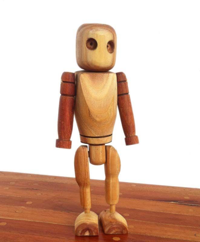 Edad: 3 años o más.  Materiales: realizados con diferentes madera de troncos de poda y otras recicladas. Descripción: completamente desarmable, se separa cabeza, torso, brazos, piernas y pies, además de tener una mochila que se saca y se pone en su espalda. Pensado para niños de 4 años que ya pueden diferenciar más partes del esquema corporal. También pueden jugar a armarlo cambiando las partes de lugar y creando sus propios diseños de muñeco. Medidas: 26 cm. de alto. NO HAY STOCK