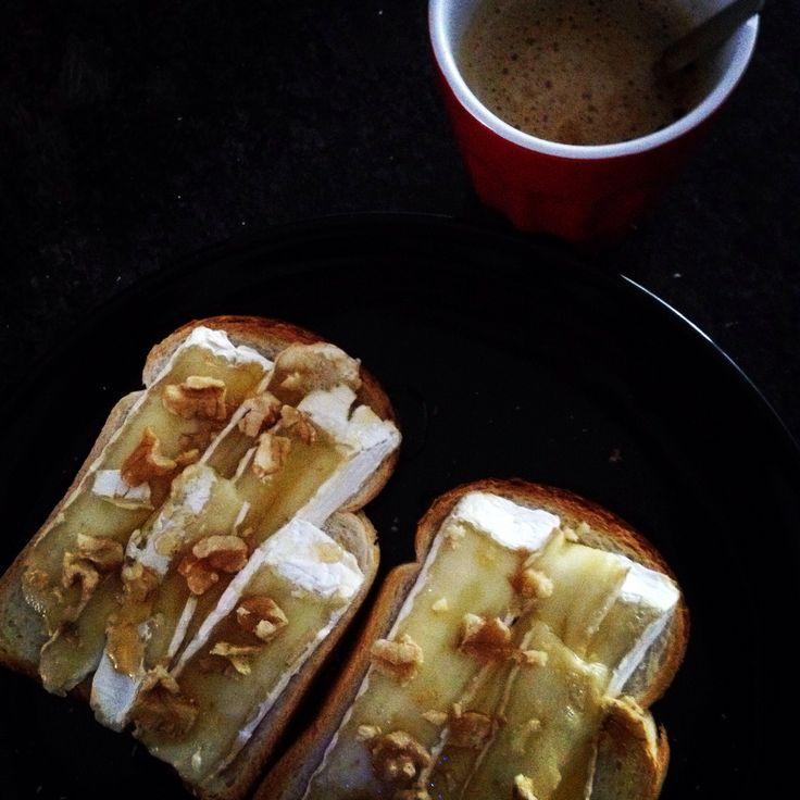 Geroosterd brood gesmolten brie honing walnoten lunch