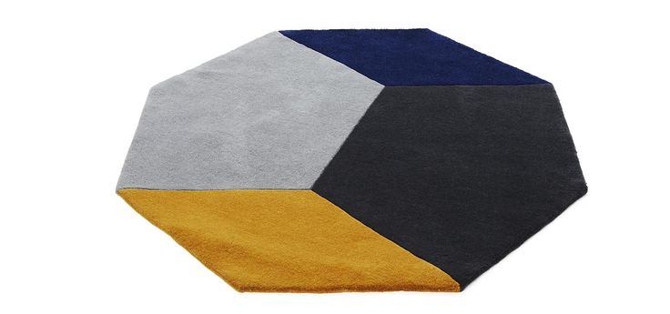 Teppet Polygon er et åttekantet teppe laget i 100 % ull og satt sammen i fire farger.