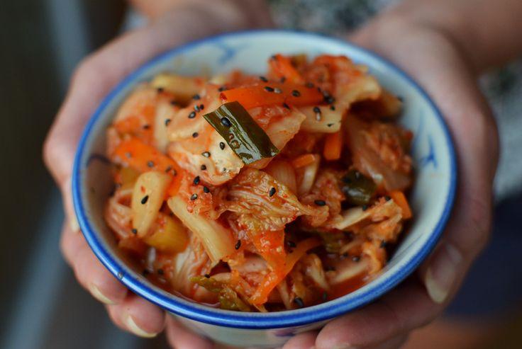 Een Koreaanse maaltijd is niet compleet zonder kimchi, het nationale gerecht dat bestaat uit gefermenteerde groenten met een friszure smaak en flink wat vuur door de toegevoegde rode pepervlokken.Sanne vande blogSESU chopsdeelt met ons hét recept voor homemade kimchi. Hieronder vind je een recept van baechu kimchi. Dit is een vereenvoudigde versie omdat klassieke kimchi …