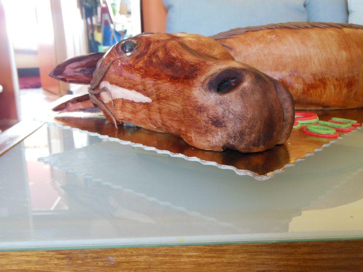 Tort w kształcie głowy konia, w stylu angielskim.