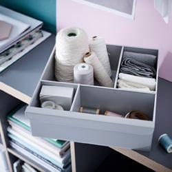 IKEA KALLAX Regal grau/Holzeffekt lässt sich wunderbar mir einem Regaleinsatz kombinieren, der Schubladen mit Fächern oder eine Präsentation mit vielen kleinen Böden ermöglicht. Dieser hellgraue Einsatz ist übrigens vollständig aus recyceltem Kunststoff gefertigt.