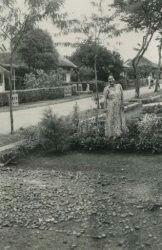 TitleVrouw aan het tuinieren te Bandoeng. 1940