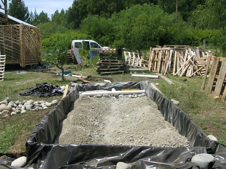 Permacultura. Futuro sistema de biodigestor, humedal y estanque para reciclaje de aguas grises y negras. Construcción Natural en Mallín Ahogado, Patagonia.