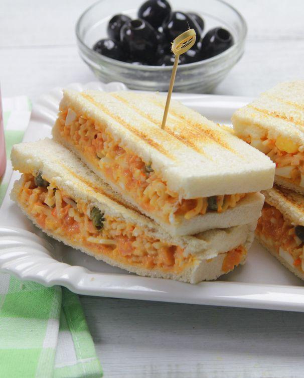 Un #sándwich fácil de cangrejo, salmón y Salsa Cocktail.