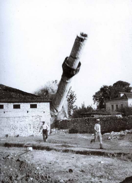 Ιωάννινα 4 Σεπτεμβρίου 1930, το τζαμί του Οσμάν Τσιαούς που βρίσκεται στο χώρο όπου σήμερα στεγάζεται η Ζωσιμαία Παιδαγωγική Ακαδημία κατεδαφίζεται. ο Απόστολου Βερτόδουλου αποθανατίζει τη στιγμή