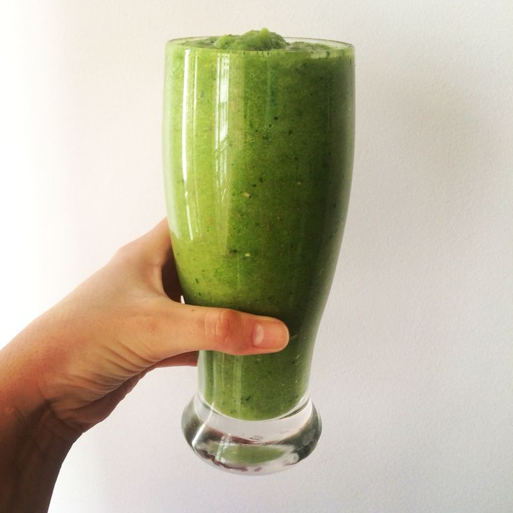Green smoothie: Té verde, apio, banana, espinaca, manzana verde, jengibre y chia