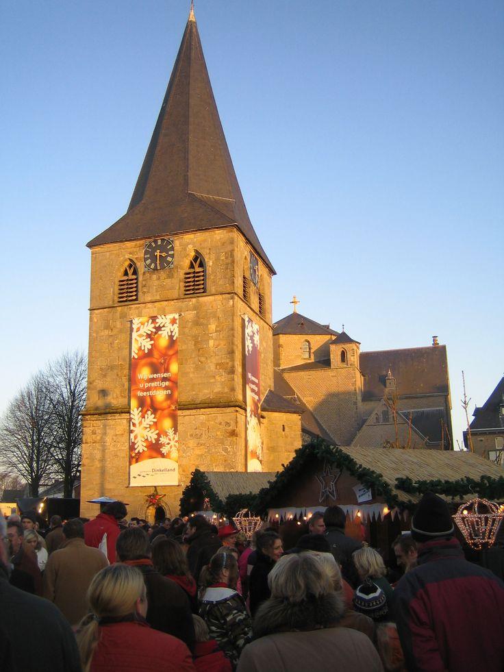 Kerstmarkt Denekamp Ieder jaar wordt het Nicolaasplein in Denekamp tijdens de Kerstmarkt omgetoverd tot een gezellig nostalgisch kerstplein, met levende kerststal en lichtjesoptocht.