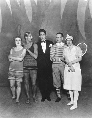 Jean Cocteau rodeado pelos dançarinos do ballet Le train bleu-1924