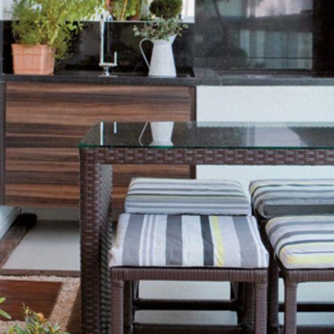 A varanda do apê tem espaço gourmet e deliciosa área verde
