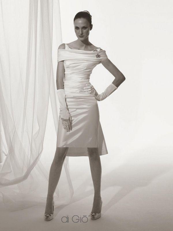 CR 12 | Tubino corto in taffetà di seta con collo ad anello omerale. | #lesposedigio #weddingdress #madeinitaly #bridaldress | www.lesposedigio.com