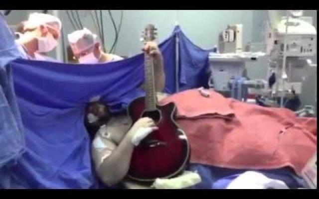Brasile: Uomo suono la chitarra mentre i dottori lo operano per un tumore al cervello [VIDEO] Guarda il video: Protagonista in questo caso è stato il musicista Anthony Kulkamp Dias, a cui i dottori hanno chiesto durante l'intervento, durato ben 9 ore, di cantare e suonare la sua chitarra, in