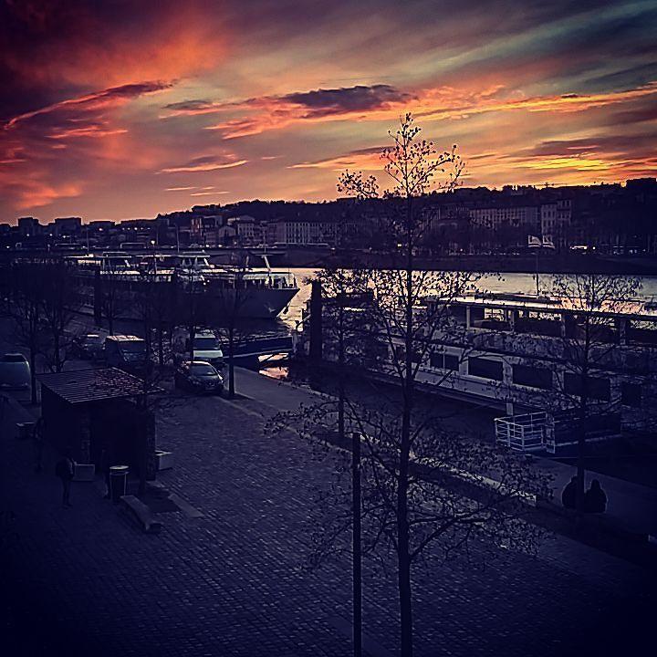 Dans le sud on dit qu'un crépuscule rouge = mistral (et non à une journée sanglante #sdatribute #legolas) vu le vent sur les quais ça m'étonne pas #meteo #lyon #crepuscule http://ift.tt/2krddUZ