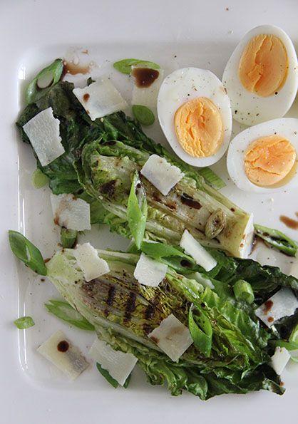 Romaine sla is by far mijn favoriete slasoort. Vandaag deel ik weer een super lekker en makkelijk recept voor een heerlijke salade. Perfect als je iets heerlijks op tafel wil zetten met weinig moei...