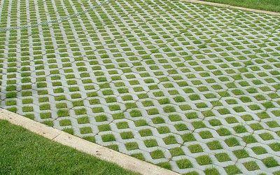 ... Pavimentação com blocos de Concregrama.