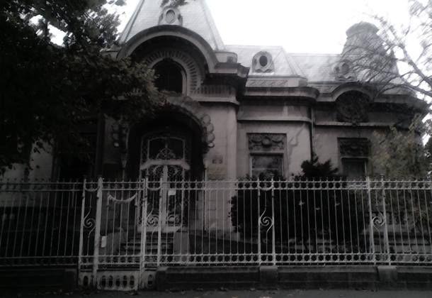 Caminul cu batrani si fantome Inca de la bun inceput trebuie spus ca in jurul Casei Jean Troianos -fostul Camin pentru persoane varstnice