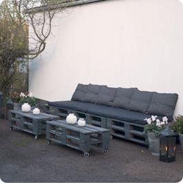 Billede fra gårdhaven i Sorø, der nu har fået loungemøbler bygget af paller.
