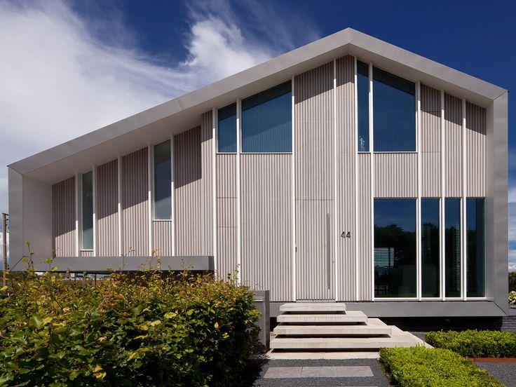 Maas Architecten » woonhuis drachten // zink modern villa hout schuur
