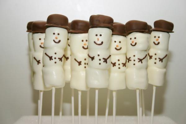 Aprenda a preparar boneco de neve de marshmallow com esta excelente e fácil receita.  Quer seja para surpreender as crianças no Natal, Halloween ou decorar a mesa...
