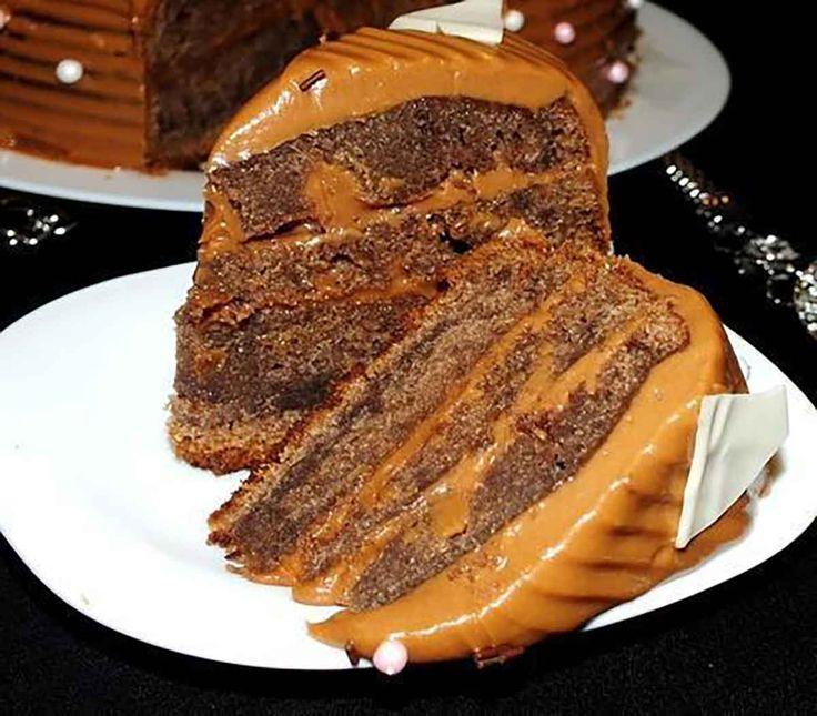 """Tortul """"Kuche de ciocolată"""" este un desert deorigine nemțească, care se prepară foarte simplu și ușor din ingrediente pe care le aveți la îndemână. Pandișpanul este foarte moale, pufos și fraged. Crema la fel se realizează foarte simplu, din unt, lapte condensat și ciocolată topită. Dacă doriți puteți prepara laptele condensat acasă foarte ușor. Rețeta …"""