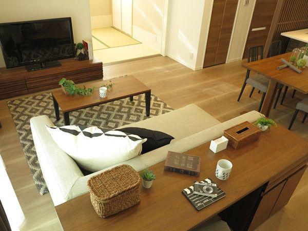 画像10つ目 リビングの長手方向を活かす家具の配置提案 ソファの背面にデスクを設置する提案をご紹介の記事より ソファ デスク 模様替え インテリア