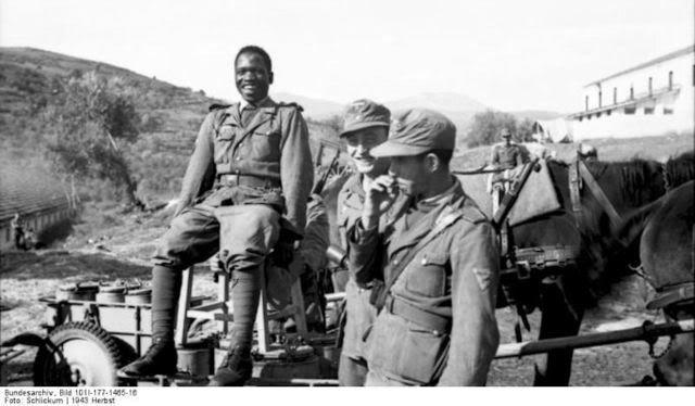 Los soldados negros y asiaticos de Hitler.Soldado negro de África y otros dos de infantería de la Legión Freies Saudita, como parte de la ocupación alemana en Grecia, 1943.