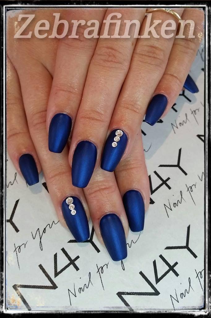 Akryl negle med mørk blå gel polish i mat deko med negle rhinesten, neglene er lavet af Maria
