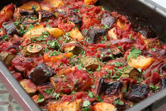 Briam is een Griekse ovenschotel met diverse groenten die als bijgerecht geserveerd wordt. De fetakaas kun je zowel meebakken als er later aan toevoegen. Ingrediënten: – 1 courgette – 1 aubergine – 1 winterwortel – 1 groene en 1 gele paprika – 5 rijpe tomaten – 4 aardappelen – 4 knoflookteentjes – 1 ui in halve ringen gesneden – ½ kop verse fijngesneden peterselie – 300 gram fetakaas – kopje olijfolie – 2 theelepels kruidenmix voor Griekse salade – peper en zout naar smaak Bereidingswijze…