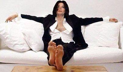 Michael Jackson *faints*