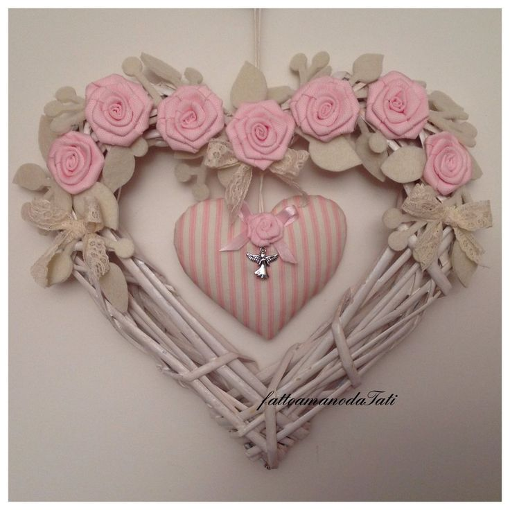 Cuore/fiocco di vimini con rose rosa e cuore a righe, by fattoamanodaTati, 35,00 € su misshobby.com